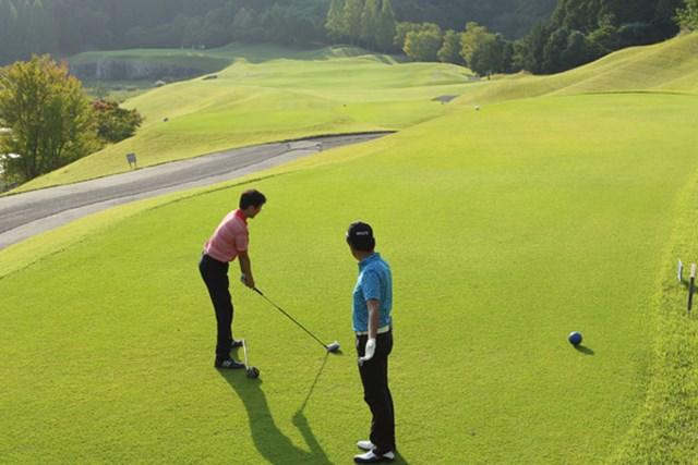 ゴルフ5カントリー オークビレッヂ2_5 精度の高いティショットを打つために、スタンスの向きは重要。 ※クラブをスタンスに揃えるのは演出上のことです。このまま打つ行為は違反です