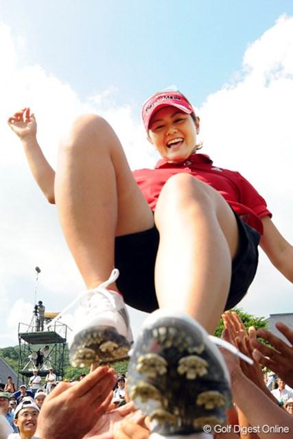 2009年 プロミスレディスゴルフトーナメント 最終日 諸見里しのぶ 仲間から歓喜の胴上げ!