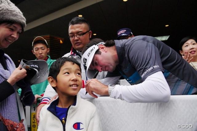 2015年 三井住友VISA太平洋マスターズ 最終日 バッバ・ワトソン ラウンドが中止になった最終日にワトソンはコースでギャラリーにサイン