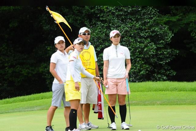 2009年 プロミスレディスゴルフトーナメント 最終日 横峯さくら、古閑美保、永田あおい ミホちゃんのボールに永田さんのボールが当たって・・・。「どの辺にありました?」と、ギャラリーに確認しているところです
