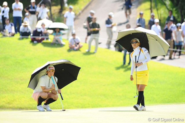 2009年 プロミスレディスゴルフトーナメント 最終日 横峯さくら、古閑美保 17番グリーンでスコアボードを見る二人。この時シノブちゃんは17アンダー。「強すぎ~」