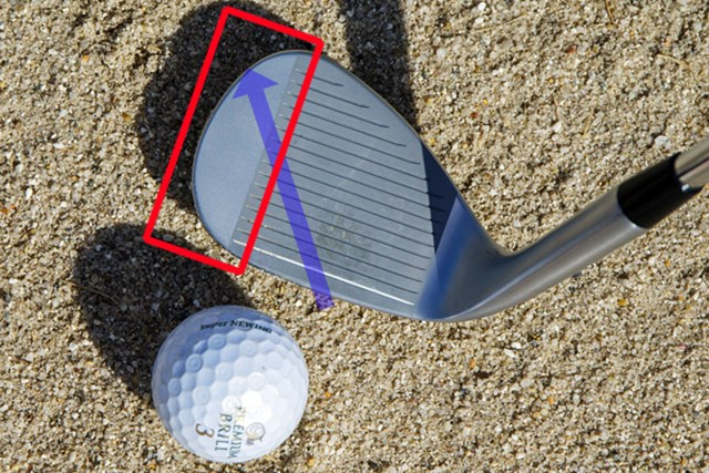 砂とボールがフェース真ん中からトゥ側に抜けるように動く