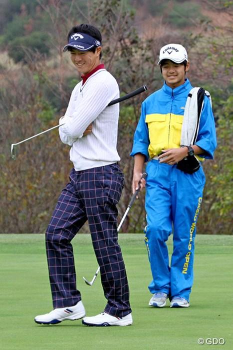 石川遼は8歳下の弟・航(わたる)さんをキャディに初起用。二人三脚で3年目のホスト大会に臨む 2015年 カシオワールドオープンゴルフトーナメント 事前 石川遼&航さん