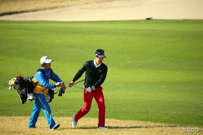えーっと右手がパターで左手がウェッジ? いや、左手がパターで、、、、。 2015年 カシオワールドオープンゴルフトーナメント 2日目 石川遼