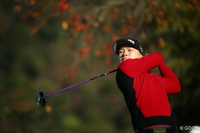 2015年 カシオワールドオープンゴルフトーナメント 2日目 藤本佳則 紅葉をバックに紅葉カラーで、さぁ、行こうよう。