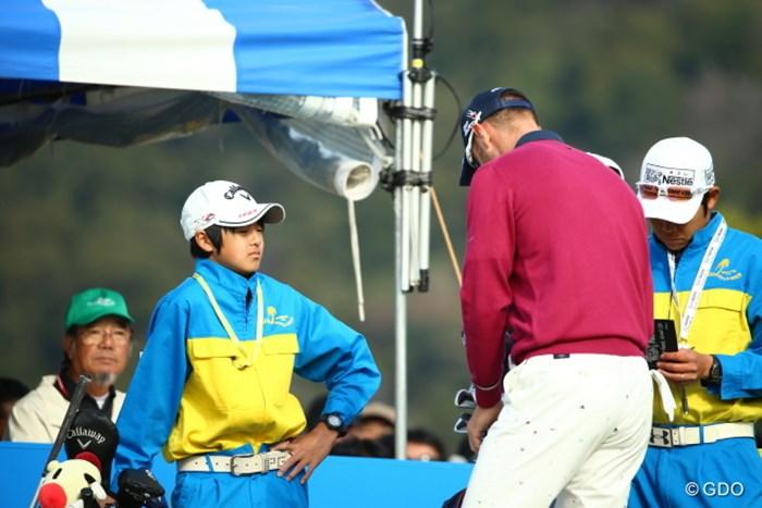 ブレンダンを目の前に見てビビリ気味の石川弟。 2015年 カシオワールドオープンゴルフトーナメント 最終日 石川キャディ