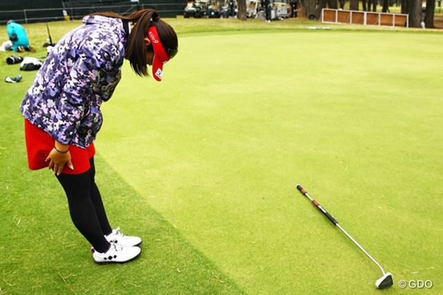 2015年 LPGAツアー選手権リコーカップ 最終日 吉田弓美子 18番グリーンサイドに長尺パターを置いて一礼。オジサン的には「山口百恵かっ!」ってツッコミたくなります(笑)
