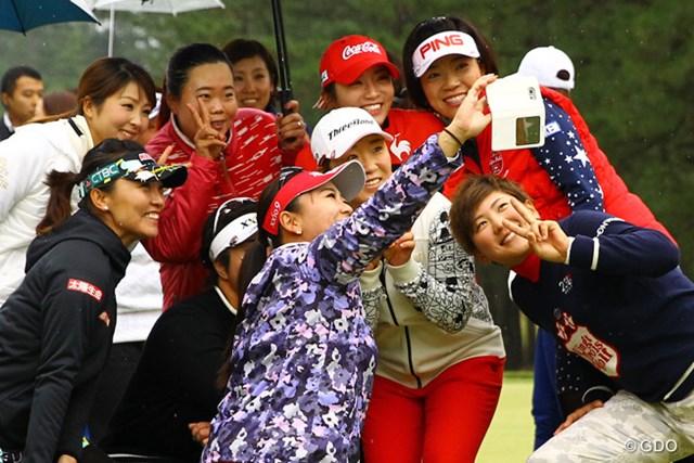 2015年 LPGAツアー選手権リコーカップ 最終日 記念撮影 申ちゃんを中心にみんなで記念撮影