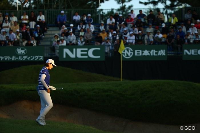 プレイヤーだけにライトは当たる。 2015年 ゴルフ日本シリーズJTカップ 3日目 ペク・キョジュン