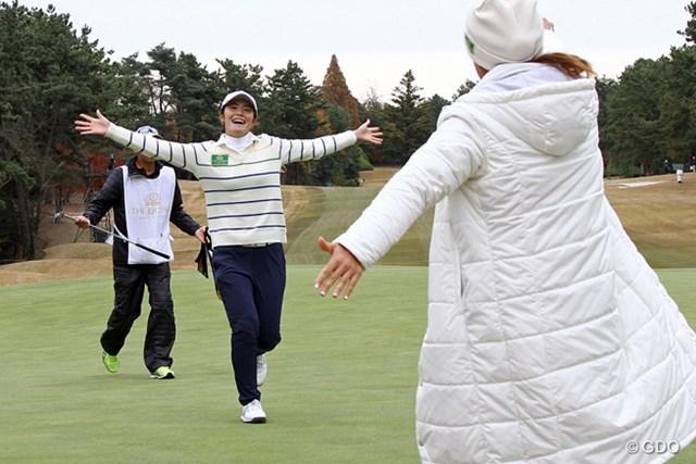 自らの勝利とともに日本チームの優勝が決まり、渡邉彩香は喜びを爆発させた