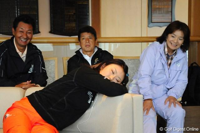 2009年 明治チョコレートカップ 初日 藤田幸希 試合再開を待つ間に、ついウトウト・・・。両親のまなざしが優しいなァ