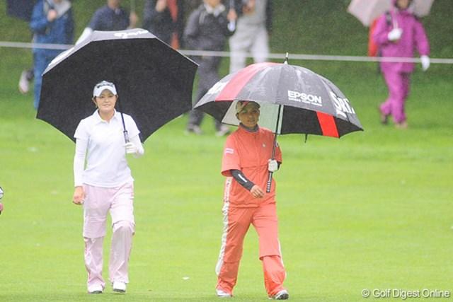 2009年 明治チョコレートカップ 初日 横峯さくら  大注目のペアリングやったけど、この雨じゃ、ギャラリーもかわいそうでしたワ・・・