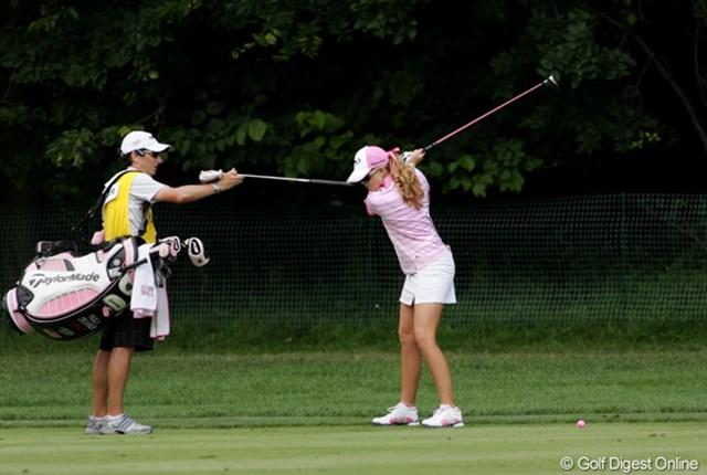 2009年 全米女子オープン 2日目 ポーラ・クリーマー ショットの前に、必ずこの方法でスイングをチェック。