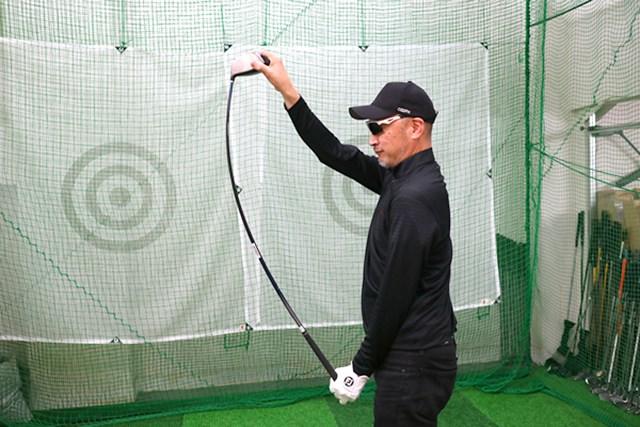 純正シャフトは手元側をしならせることでタメが作りやすい。アベレージゴルファーに多いアーリーリリースを改善しようとする意図が感じられる