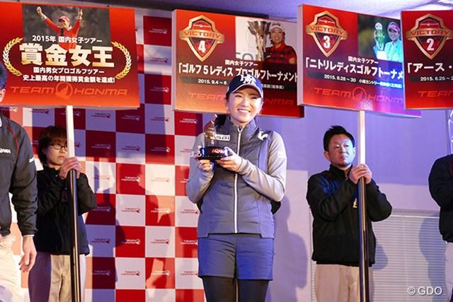 2015年 Hitachi 3Tours Championship 事前 イ・ボミ 祝賀会で記念品を渡され、笑顔をはじけさせたイ・ボミ