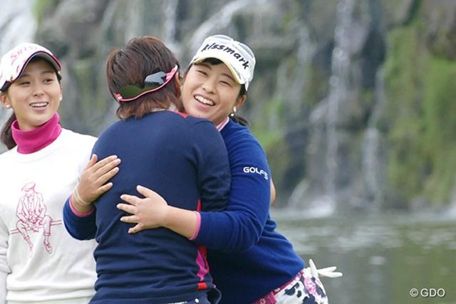 2015年 LPGA新人戦 加賀電子カップ 武尾咲希 優勝した篠原真里亜と抱き合い、互いの健闘を讃え合う武尾咲希(写真右)