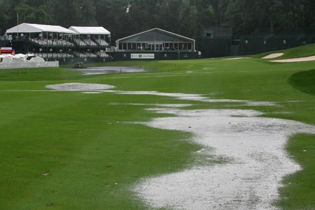 朝から振り続けた雨が、コースを水で覆い尽くした(Michael Cohen /Getty Images)