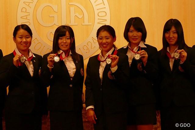 来シーズン、米下部シメトラツアーを主戦場とすることを明かした永井花奈(写真左から3番目)