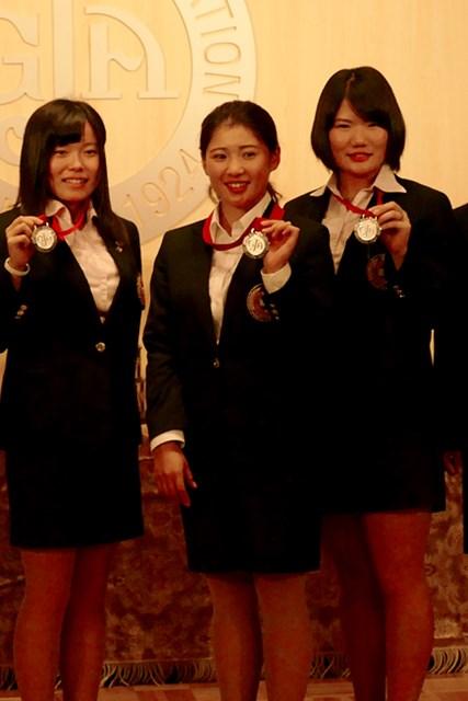来年は米国下部ツアーに出場しつつ、日本のプロテスト合格に挑む永井花奈(写真中央)