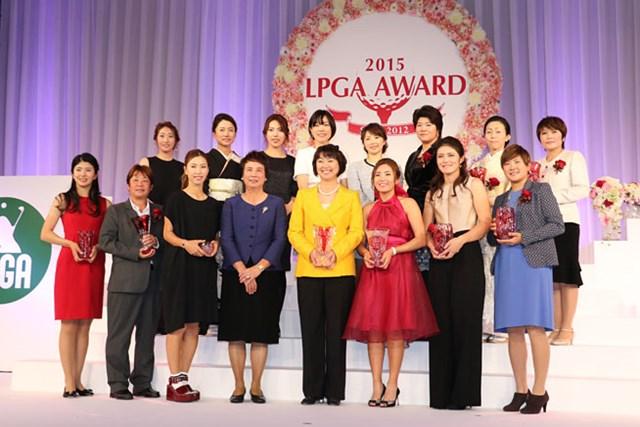 3冠達成のイ・ボミ(下段右から3番目)をはじめ、受賞者らによる記念撮影