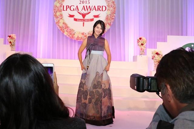 韓国のチマチョゴリをアレンジしたドレスだとか。