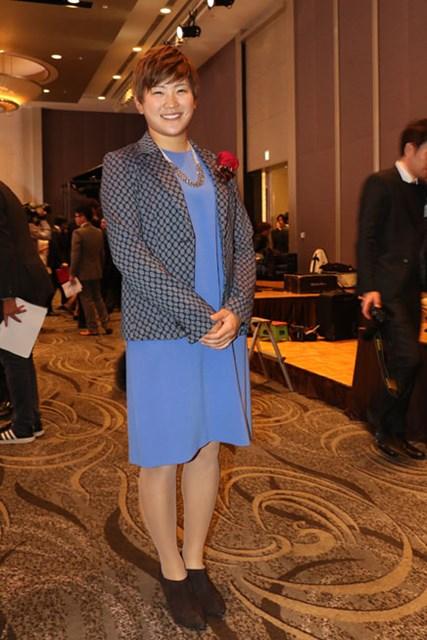 普段はボーイッシュな成田美寿々もこの日はスカートでドレスアップ