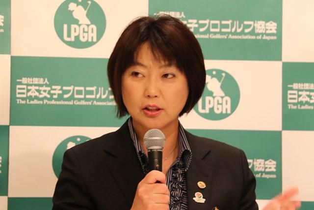 来季も賞金総額が史上最高額を更新した国内女子ツアーの日程を発表する小林浩美LPGA会長