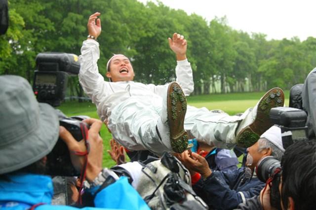 2009年 JGTOプレーヤーズラウンジ 池田勇太 今年の「日本プロ」で初勝利後、大学の後輩たちから胴上げ。多くの後輩に慕われる姿は、池田の一面を物語っていた