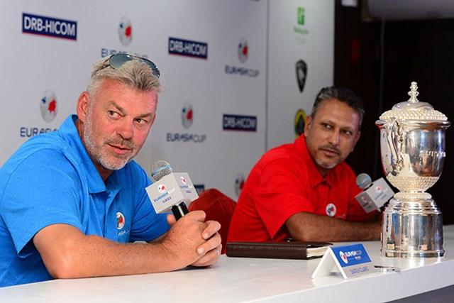 ユーラシアカップ開幕を前に記者会見するダレン・クラーク(左)とジーブ・ミルカ・シン(Arep Kulal/Getty Images)