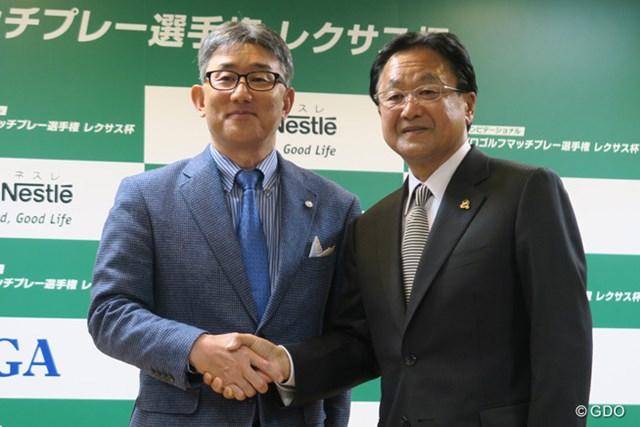 会見の最後に、ネスレ日本株式会社代表取締役社長兼CEO・高岡浩三氏(写真左)と倉本昌弘PGA会長(写真右)はガッチリと握手を交わした