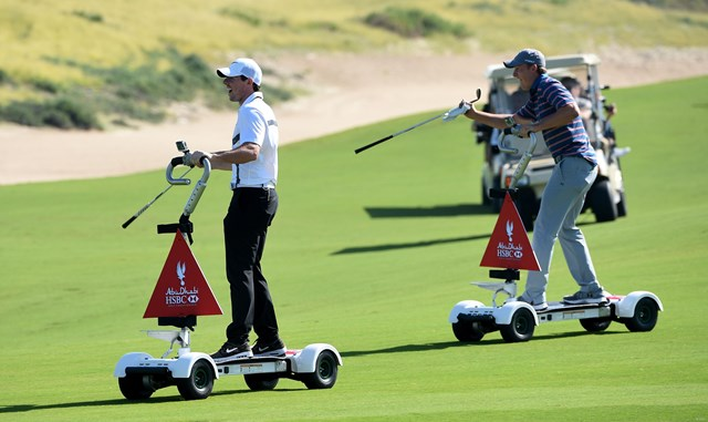ゴルフボードでプレーするロリー・マキロイとジョーダン・スピース(大会提供/Getty images)