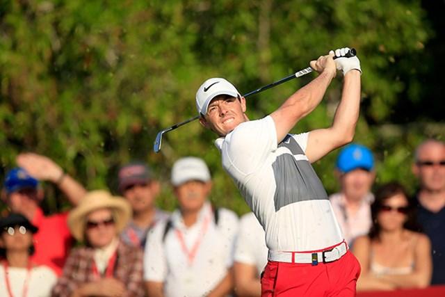 2016年 アブダビHSBCゴルフ選手権 3日目 ロリー・マキロイ 9ホールを残しながらも首位に立った世界3位のロリー・マキロイ(David Cannon/Getty Images)