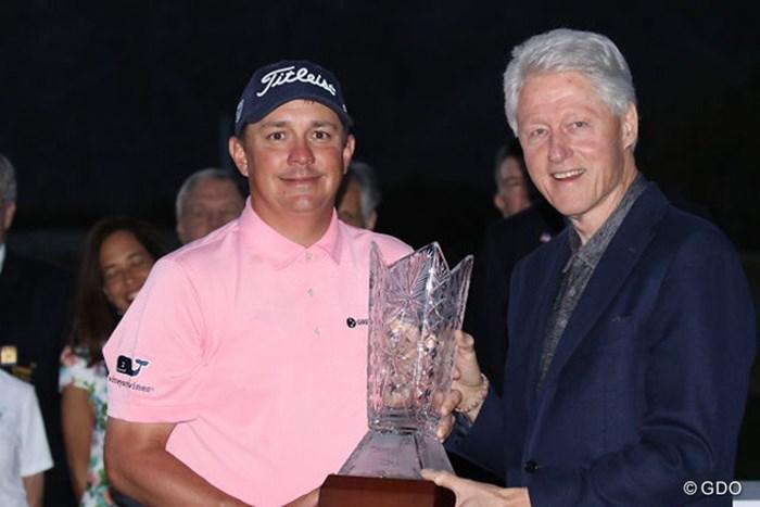 3年ぶりの優勝を飾ったダフナーは笑顔でカップを掲げた 2016年 キャリアビルダーチャレンジ クリントンファウンデーション 最終日 ジェイソン・ダフナー