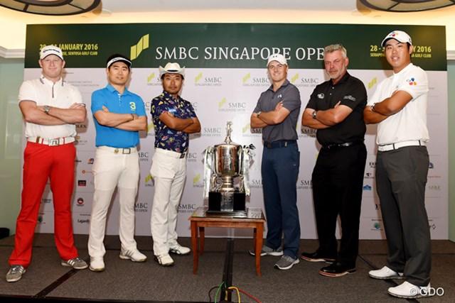 新規大会SMBCシンガポールオープンに出場する世界ランク1位のスピース(右から3番目)