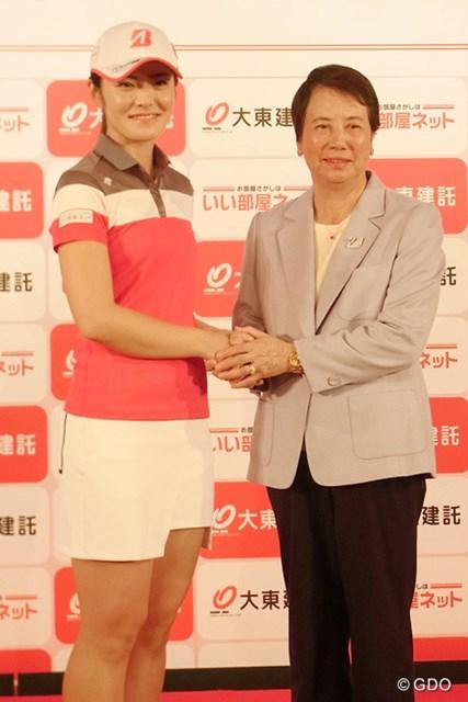 樋口久子LPGA相談役が所属契約を締結した渡邉彩香を激励に訪れた