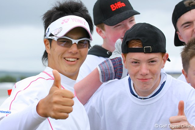 2009年 全英オープン 石川遼 ラウンド中、サインを求めてきた地元ファンと記念撮影!?