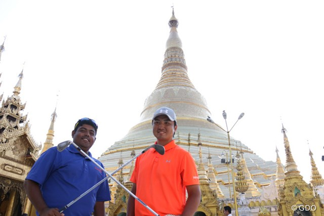 2016年 レオパレス21ミャンマーオープン 事前 小林伸太郎 ヤンゴンのシンボルのひとつ、シュエダゴン・パゴダを訪れた小林伸太郎(右)