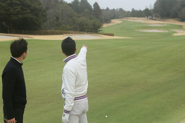 美浦ゴルフ倶楽部_13番ホール(4) 2打目のターゲットは奥に見える縦に並んだ2つのバンカーの間。見た目には猫の額のような狭さで、かなりの高い要求と言える