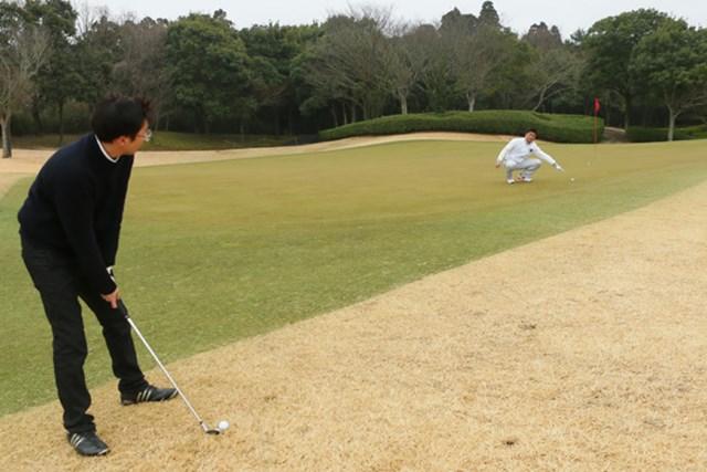 美浦ゴルフ倶楽部_17番ホール(3) ボールをキャリーさせる位置を2人ですり合わせる。奥のボールがN村の狙いだったが、癸生川プロが指差す手前の位置からランを使って転がす方法に変更