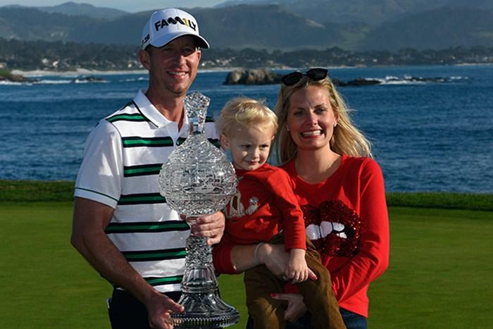 11年ぶりの優勝を飾ったボーン・テーラーは家族とカップを掲げた(Robert Laberge/Getty Images) 2016年 AT&Tペブルビーチナショナルプロアマ 最終日 ボーン・テーラー