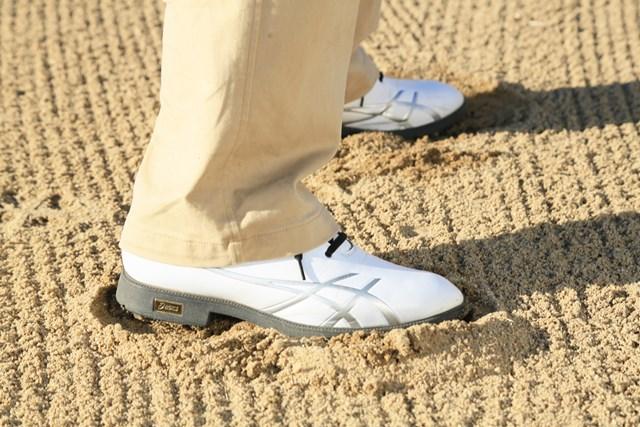 """(画像3枚目) 硬い砂のバンカーで、足を「埋める」or「埋めない」、どっち? スイング中の""""安定感""""が全然違う!"""