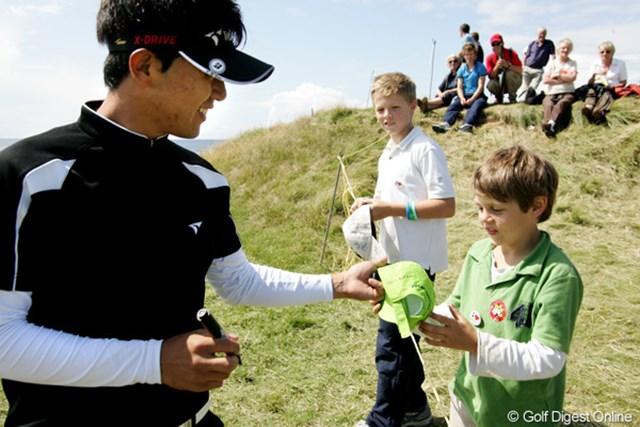 2009年 全英オープン事前 近藤共弘 地元の子供たちにサインをする