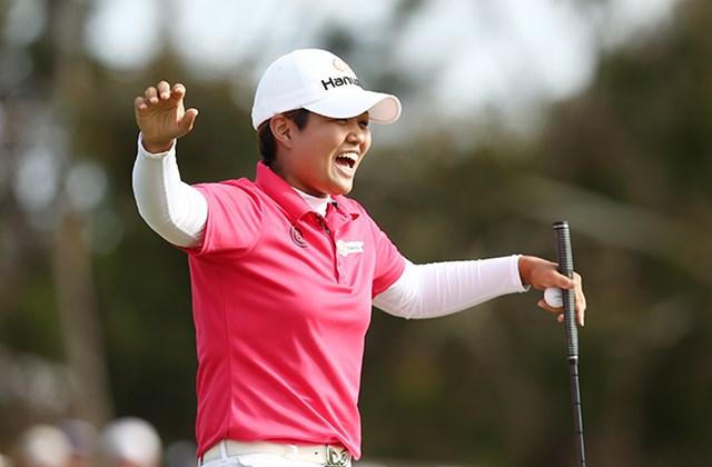 悲願の初優勝を手にした野村敏京ははじけんばかりの笑顔を見せた(Morne de Klerk/Getty Images)