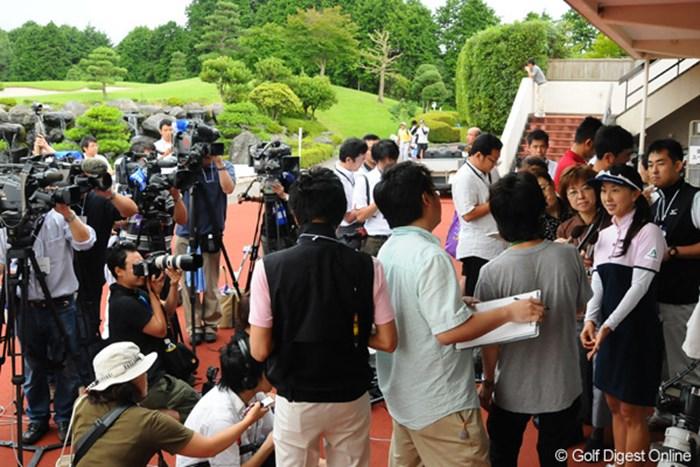 芸能リポーターを始め、多くの報道陣に取り囲まれる中で心境を語る東尾理子 2009年 スタンレーレディスゴルフトーナメント事前 東尾理子