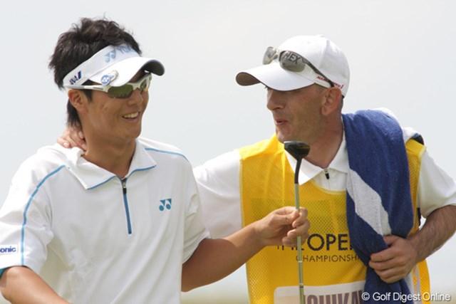 2009年 全英オープン初日 石川遼 15番でようやくバーディパットを沈めた石川がキャディの祝福を受ける