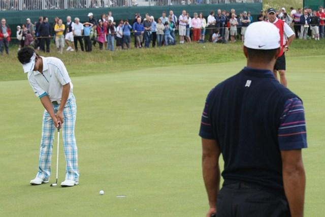 2009年 全英オープン 初日 石川遼&タイガー・ウッズ タイガーが見つめる前でパットを決める石川遼(David Cannon/Getty Images)
