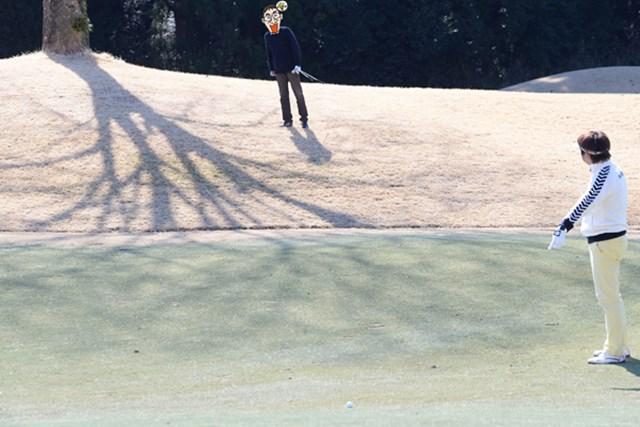 カレドニアン・ゴルフクラブ後編_1_4 N村のティショットは傾斜でフェアウェイまで転がり落ち、大本プロに見つけてもらう。左上には先ほどのラウンドでN村が直撃させた欅の姿も