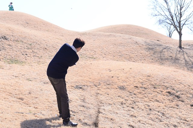 カレドニアン・ゴルフクラブ後編_1_6 通称『ダボ谷』から脱出をはかる。もう少し下まで落ちると木が密集し、ベアグラウンドになるため、不幸中の幸いか