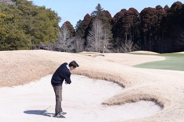 カレドニアン・ゴルフクラブ_1_3(さしかえ) フェアウェイバンカーとはいえアゴが高く、短い番手を持たされる。軟らかい砂質も難易度をプラス