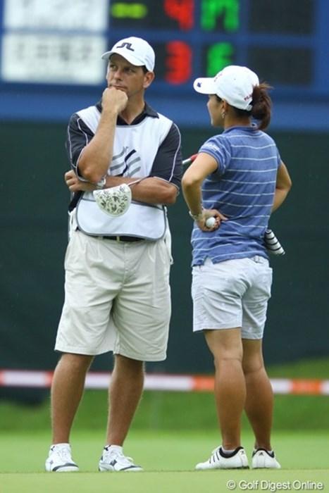ご夫婦です。ラウンド中に何やら夫婦喧嘩のような、不穏な空気に見えますが。 2009年 スタンレーレディスゴルフトーナメント 初日 小俣奈三香とキャディーのライオネルさん